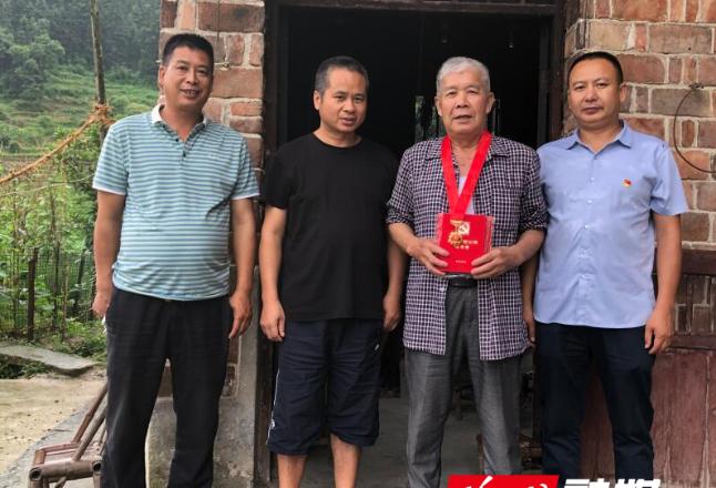 罗洪镇走访慰问光荣在党50周年老党员和生活困难党员