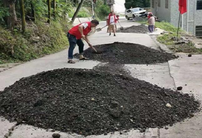 荷香桥镇开智村志愿服务队对村道损坏路段进行义务修复