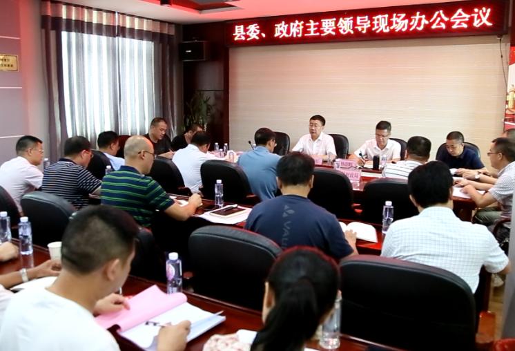 刘军、杨韶辉到县重点建设项目事务中心现场办公