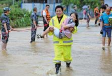 """救援人员水中筑起""""人墙"""",火速安全转移300余名师生"""