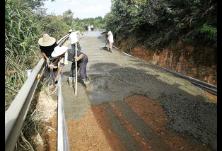 微网格长领着村民干,烂泥路半个月变水泥路