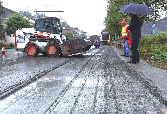 雨中铣刨作业忙,G106浏阳段提质改造工程全面铺开