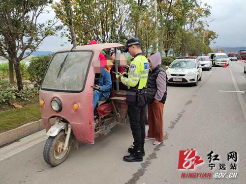 太危险!一辆三轮摩托车违法承载13人奔丧被宁远交警及时查处_副本500.jpg