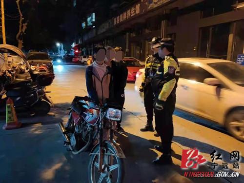 三小伙深夜驾乘摩托车飙车 宁远交警奋力管控查缉_副本500.jpg