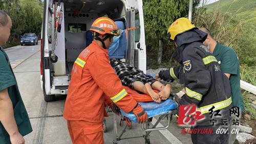 宁远:货车失控翻下山崖 消防紧急救援3_副本500.jpg