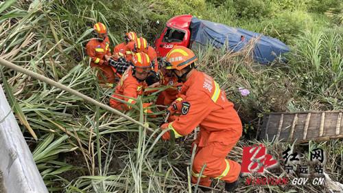 宁远:货车失控翻下山崖 消防紧急救援2_副本500.jpg