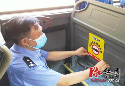 """宁远交警为客运车辆粘贴4000份""""安全带""""提示贴_副本500.jpg"""