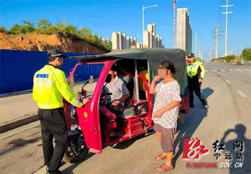宁远:电动三轮车违法搭载学生 交警紧急叫停_副本500.jpg