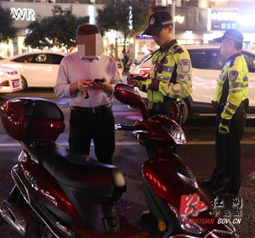 宁远县公安局交警大队开展夜查整治行动_副本500.jpg